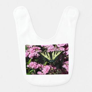 Babador Borboleta de Swallowtail em flores cor-de-rosa