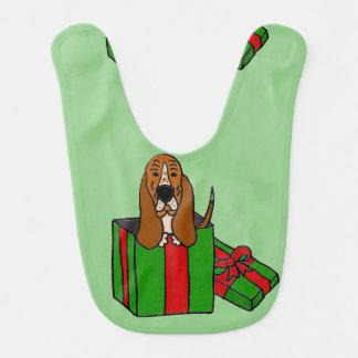 Babador Cão engraçado de Basset Hound no pacote do Natal