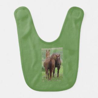 Babador De Bebe Amigos, dois cavalos de lado a lado