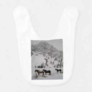 Babador De Bebe Cavalos na neve nas montanhas