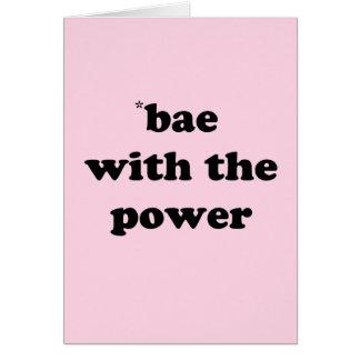 Bae com o cartão de cumprimentos do poder