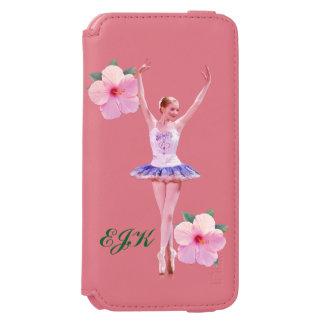 Bailarina com as flores cor-de-rosa do hibiscus