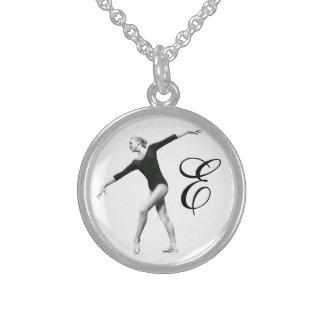 Bailarina em preto e branco com monograma colar com pendente redondo
