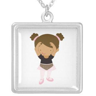 Bailarina pequena colar banhado a prata