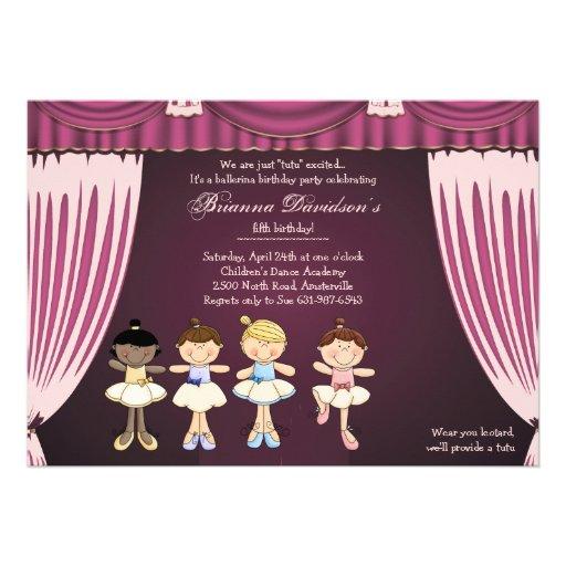 Bailarinas pequenas no convite do palco