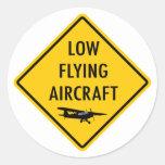 Baixos aviões do vôo - sinal de tráfego adesivos redondos