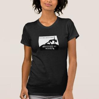 Balançado pelo t-shirt das mulheres