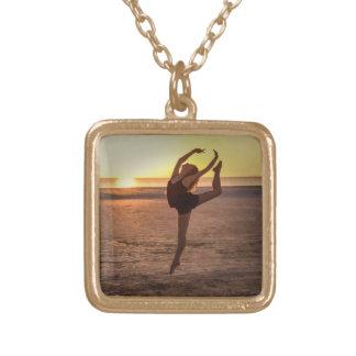 Balé na praia colar com pendente quadrado