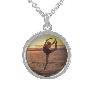 Balé na praia colar com pendente redondo