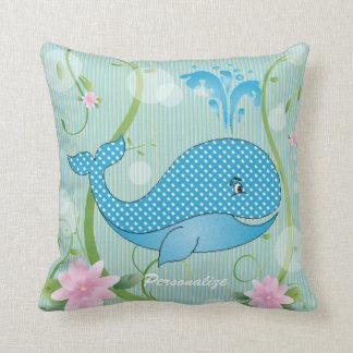 Baleia azul do bebê das bolinhas almofada