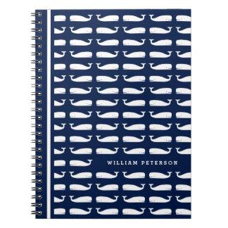 Baleia branca no caderno espiral náutico dos azuis