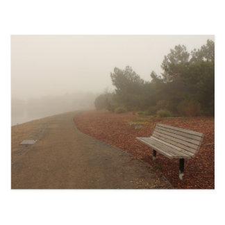 Banco de parque no cartão da névoa