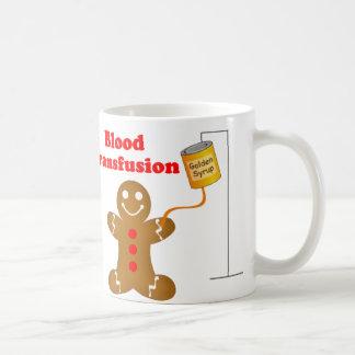 Banco de sangue do homem de pão-de-espécie e caneca de café