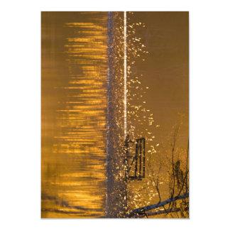 Banco só pelo lago na luz dourada convite 12.7 x 17.78cm