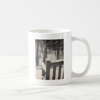 Bancos cobertos de neve caneca de café