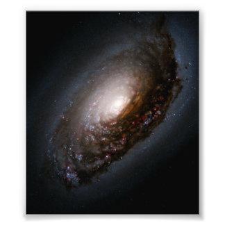 Banda da poeira em torno do núcleo da galáxia do impressão de foto