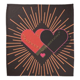 Bandana Coração nas correntes, em um fundo preto