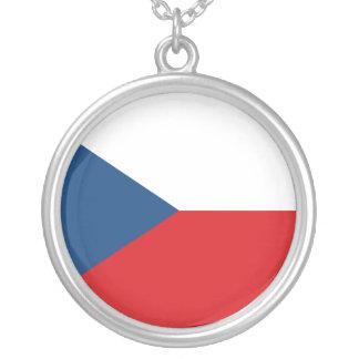 Bandeira checa colar com pendente redondo