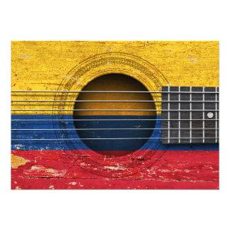 Bandeira colombiana na guitarra acústica velha convites