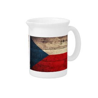 Bandeira de madeira velha da república checa; jarros para bebidas