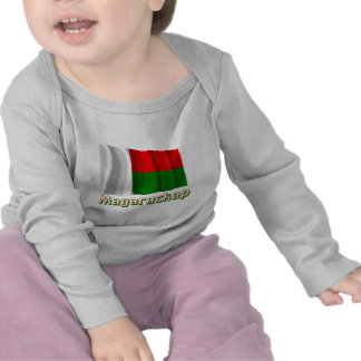 Bandeira de ondulação de Madagascar com nome no Camiseta
