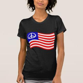 Bandeira de ondulação dos EUA da paz Camisetas