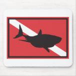 Bandeira do mergulho do tubarão mousepads