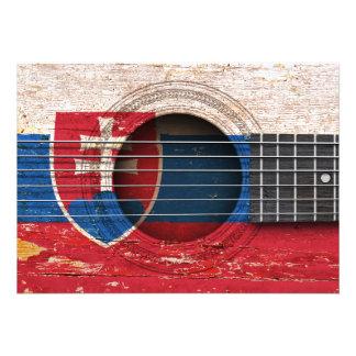 Bandeira eslovaca na guitarra acústica velha convite
