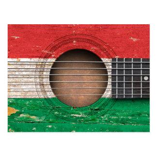 Bandeira húngara na guitarra acústica velha cartão postal
