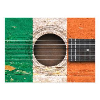 Bandeira irlandesa na guitarra acústica velha convites personalizado