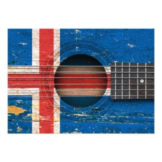 Bandeira islandêsa na guitarra acústica velha convites personalizado