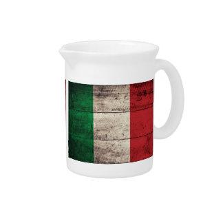 Bandeira italiana de madeira velha; jarros