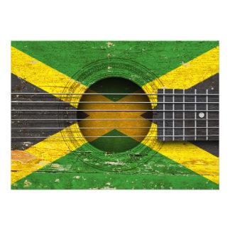 Bandeira jamaicana na guitarra acústica velha convite
