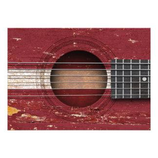 Bandeira letão na guitarra acústica velha convites personalizado