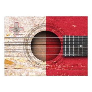Bandeira maltesa na guitarra acústica velha convite