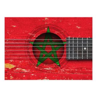 Bandeira marroquina na guitarra acústica velha convite