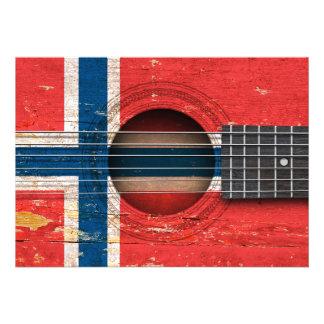 Bandeira norueguesa na guitarra acústica velha convite personalizados