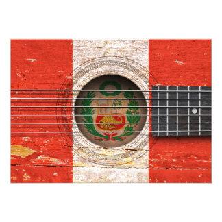 Bandeira peruana na guitarra acústica velha convites