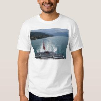 Bandeira suíça em um navio de cruzeiros no lago camiseta