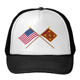 Bandeiras cruzadas dos E.U. e do Pulaski Boné