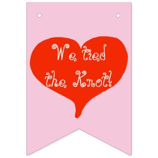 Bandeirinha Nós amarramos os corações vermelhos do nó que