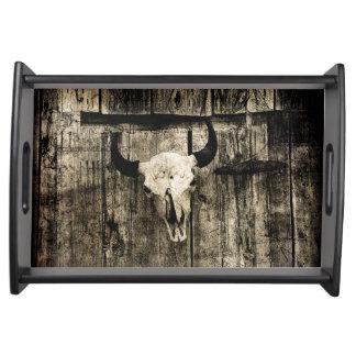 Bandeja Crânio rústico do búfalo com chifres em um celeiro