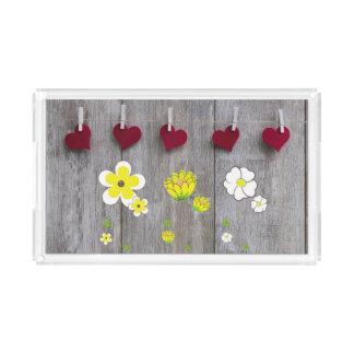 Bandeja de madeira rústica com flores