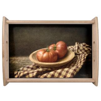 Bandeja Dois tomates vermelhos em uma bacia