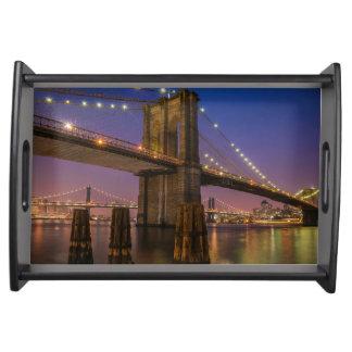 Bandeja Ponte de Brooklyn na noite na Nova Iorque EUA