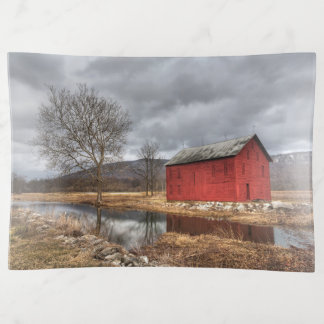 Bandejas O celeiro vermelho que reflete no prato do inverno