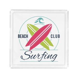 Bandejas surfando do clube da praia