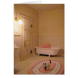 Banheiro diminuto com o cartão de nota dos gatos,