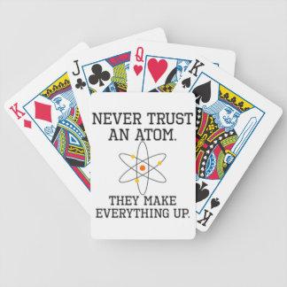Baralho Nunca confie um átomo - ciência engraçada