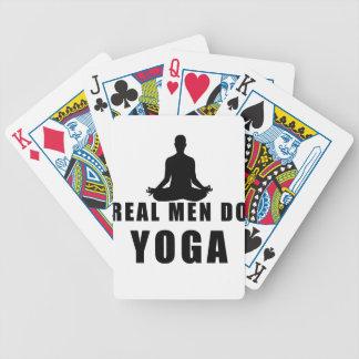 Baralho os homens reais fazem a ioga